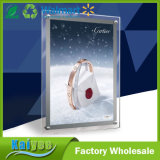 Einzelner seitlicher Spiegel, der dünnen hellen Kristallkasten erfasst