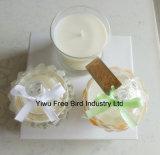 نمط بيضاء يشمّ صويا شمع شمعة في مرطبان زجاجيّة