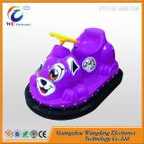 Jogo movente que conduz o carro abundante do assoalho interno para crianças