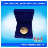 Мягкий двойник эмали встал на сторону монетка возможности золота конструкции с голубой коробкой бархата