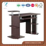 Mesa de madeira de computador com prateleiras