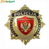 Il regalo per ha annunciato il modo con il distintivo della polizia