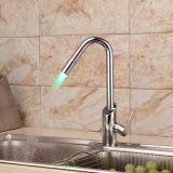 Latón contemporánea sola manija grifo de la cocina con LED que cambia de color