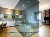 Casa de banho com chuveiro de vidro temperado
