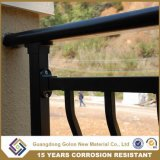 Refoulées nouveau style d'un balcon avec ornement de balustrades
