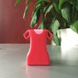 サンプルはカラー女性服によって形づけられる手のSanitizerのポケットスプレーのびんを放す