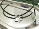 衣裳のアクセサリの黒い牛は星の魅力の革コードのチョークバルブを包む