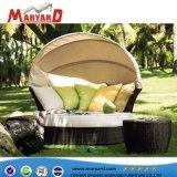 現代デザイン藤の庭のラウンジの家具の普及した柳細工の円形の寝台兼用の長椅子