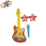 De promotie Plastic Gitaar van Jonge geitjes met Microfoon en het Stuk speelgoed van Glazen