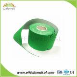 Fuerte previa al corte de cinta adhesiva de elasticidad de la kinesiología para el atleta al aire libre