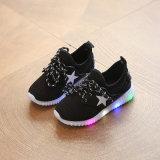2017の新しいデザイン子供の男女兼用の靴LEDの点滅の星のゴム製最下の平らなズック靴