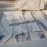Пасмурная серая естественная каменная стена украшает мраморный плитку
