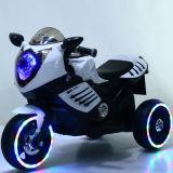 Deux motocyclettes de gosses de plastique de roues avec l'énergie électrique