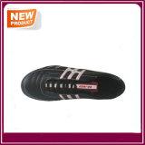 Sapatos de futebol de cor preta