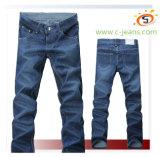 El hombre Blue Jeans jeans de mezclilla clásica