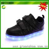 最も新しい赤ん坊は2017のSsのためのLEDライトが付いている靴をからかう
