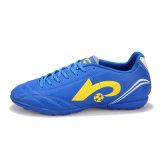 Le scarpe da tennis di calcio dell'adolescente degli uomini impermeabilizzano i pattini di formazione professionale