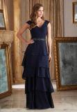 ルーシュで飾られるベルトによって層にされるスカートの濃紺の軽くて柔らかいイブニング・ドレスに玉を付ける