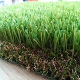 Ajardinando o gramado decorativo do jardim do gramado artificial