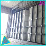 Une élévation de l'acier réservoir d'eau en coupe de PRF en fibre de verre