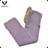 Inverno di colore solido della signora che lavora a maglia sciarpa incappucciata con l'orlo della pelliccia