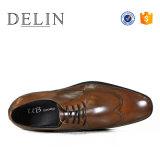 Delin OEMの工場熱い販売の人の革服靴