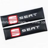 Poser les garnitures d'épaule de couvertures de carbone de ceinture de sécurité de véhicule