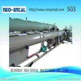 Vácuo que calibra dando forma ao tanque refrigerando para a linha de produção da tubulação do PVC