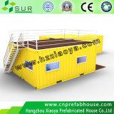 Дом контейнера с случаем лестницы
