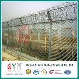チェーン・リンクの塀の上の有刺鉄線かチェーン・リンクの網空港塀