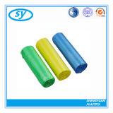 Sacs d'ordures en plastique de couleur de HDPE sur le roulis
