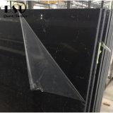 薄い静脈が付いている黒い壁パネルの水晶平板