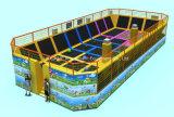 子供および大人のための屋内および屋外の運動場装置のトランポリン