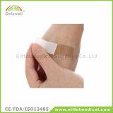 Adulto variopinto del pronto soccorso e fasciatura dell'adesivo della ferita del capretto