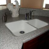 Parte superiore di pietra di marmo di superficie solida di vanità della stanza da bagno con il dispersore