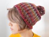 Le câble de modèle d'OEM tricotent à la main le Beanie de femmes de POM-POM
