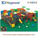 Stationnement d'intérieur de jeux de gentils gosses, cour de jeu d'intérieur de jouet d'enfants