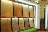 Hartholz, das keramische Wand-Fliesen ausbreitet