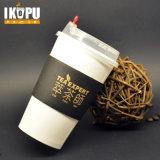 Tazza di caffè di carta a parete semplice con il coperchio ed il manicotto