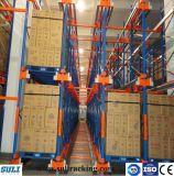 Quarto frio do armazém industrial que conduz no racking da pálete