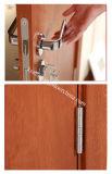 يجمّع باب خشبيّة مع [سري] زجاجيّة لأنّ مغسل