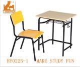 교실 책상에 있는 학교 가구와 판매를 위한 의자
