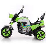 La conduite sur le véhicule électrique de jouet badine le scooter électrique avec des musiques