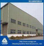 Costruzione chiara della struttura d'acciaio con il fascio, fascio per il magazzino