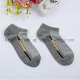 3つのカラーによってはとかされた綿の足首のソックスが呼吸する