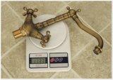 Rétro robinet de bassin de traitements antiques du bronze deux