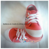 漫画の印刷を用いる美しい子供の靴