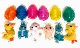 Animale della peluche nel coniglietto della peluche dell'uovo di sorpresa in uovo di plastica