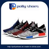 Os jovens asiáticos do Homem andando equipamento de sapatos de desporto