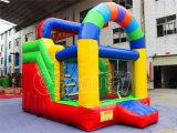 Colorido diapositiva inflable seco Salto Casa en parque de atracciones